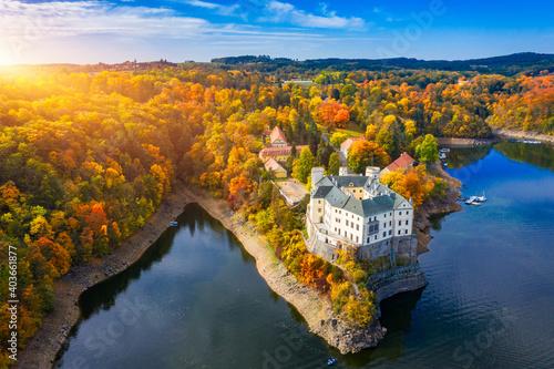 Fotografia Aerial view chateau Orlik, above Orlik reservoir in beautiful autumn nature