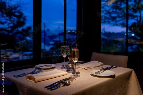 Fototapeta 夜のフレンチレストラン シャンパングラスとテーブルセッティング