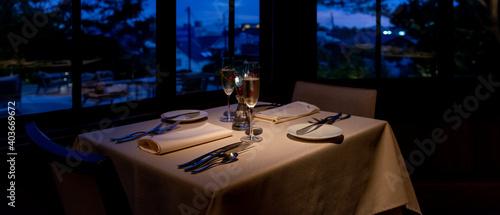 Fotografia, Obraz 夜のフレンチレストラン シャンパングラスとテーブルセッティング
