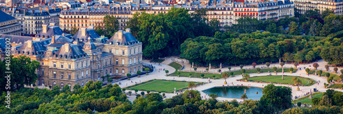 Foto The Luxembourg Palace in The Jardin du Luxembourg or Luxembourg Gardens in Paris, France