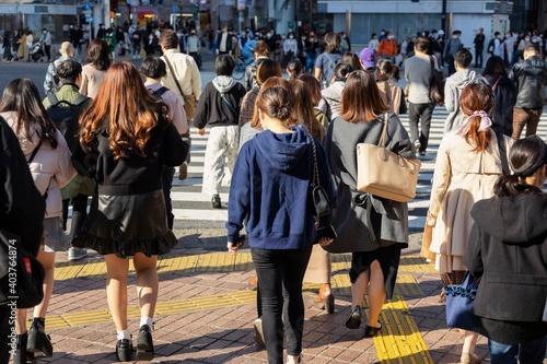Leinwand Poster 渋谷スクランブル交差点を渡る人たちの風景