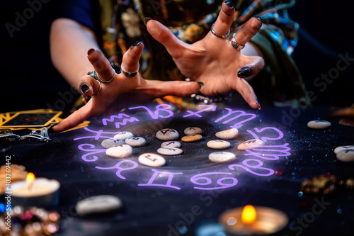 Fotografie, Obraz The female hands of the soothsayer read the runes