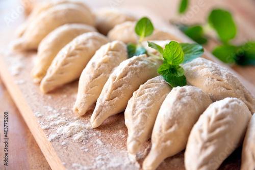 Fototapeta Culurgiones, tradizionali ravioli sardi freschi ripieni di patate, pecorino e menta, Cibo Italiano obraz