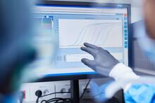 Forscher Bei Datenanalyse Mit Software Am Computer