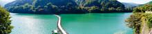 首都圏のオアシス・エメラルドグリーンの奥多摩湖のドラム缶橋(麦山浮橋)・パノラマ 3214
