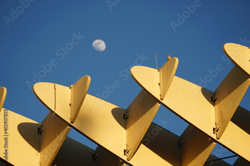 Low Angle View Of Built Structure Against Blue Sky Fotobehang