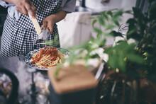 トマトパスタにチーズを振りかける