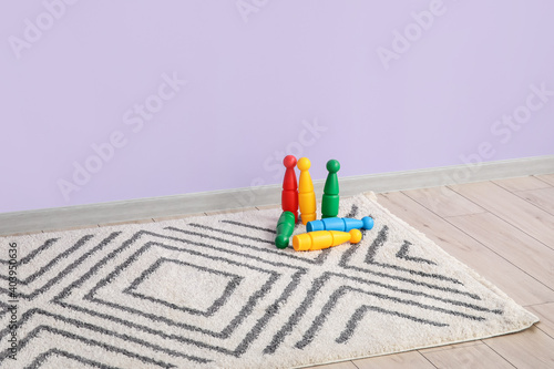 Canvastavla Skittles on soft carpet near color wall in room