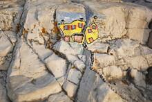 Su Una Spiaggia Croata Ho Disegnato Una Casa Sulle Rocce. Può Rappresentare Il Successo Nonostante Le Avversità Della Vita.