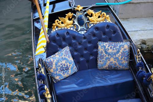 Il lussuoso divano per i passeggeri di una gondola, a Venezia Fototapet