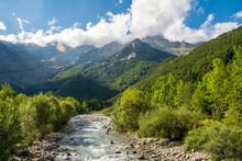 Valle De La Pineta. Pirineo Aragonés. Paisaje De Alta Montaña