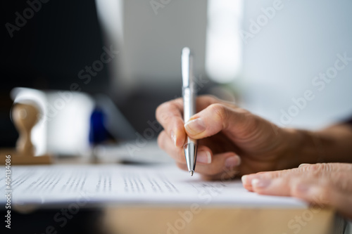 Obraz Lawyer Signing Business Contract Document - fototapety do salonu