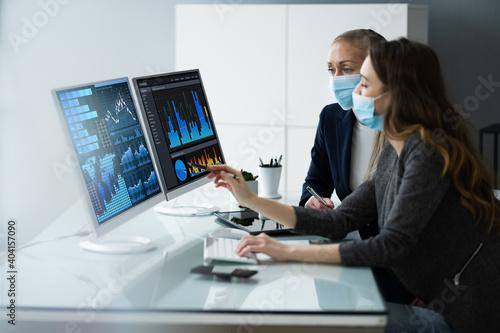 Obraz Financial Data Analysts In Office - fototapety do salonu
