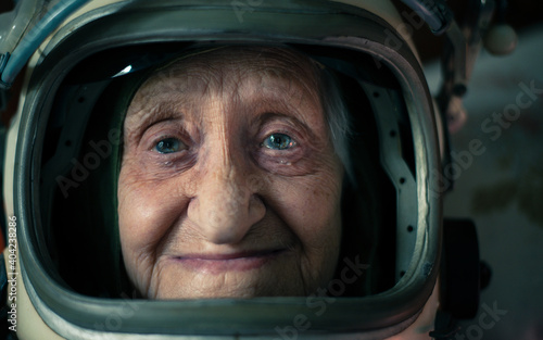 Tela Cinematic portrait of an old astronaut coming back home