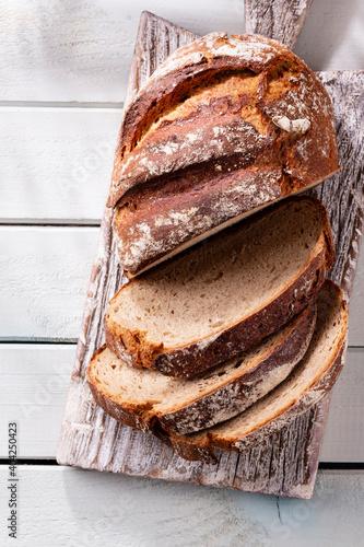 Carta da parati Sliced rye bread on cutting board, closeup..
