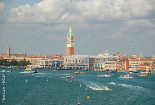 Fotografia Panoramic view Dodge Palace and Bell Tower (Campanile) on San Marco square Venic