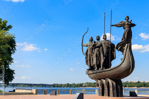 Photo Monument to founders of Kiev on the embankment of the Dnieper river in Kyiv, Ukr