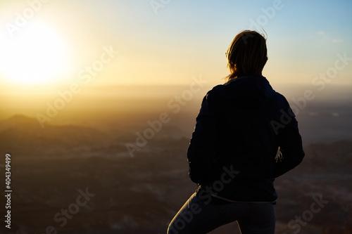 Billede på lærred woman silhouette wadi rum sunset