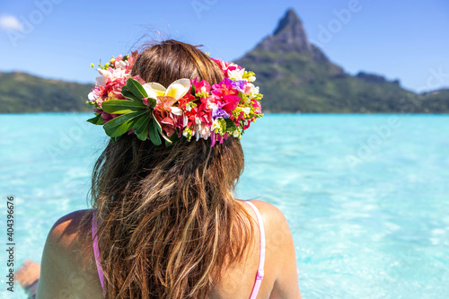 Fotografia Woman wearing colorful flower crown on vacation at beautiful tropical island Bor