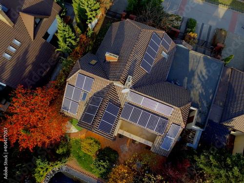 Fototapeta Panele fotowoltaiczne na dachu obraz
