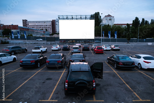 Photo Cars parked in front of autocinema screen