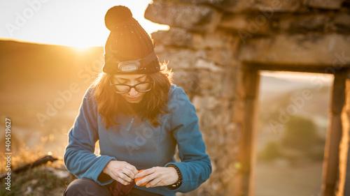 Fototapeta Una ragazza si appresta a fare colazione lungo il cammino di santiago