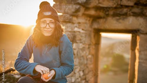 Fotografie, Obraz Una bella ragazza sorride mentre si riposa facendo colazione, la mattina lungo i