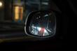 サイドミラーに映る渋滞中のヘッドライトが眩しい後続車