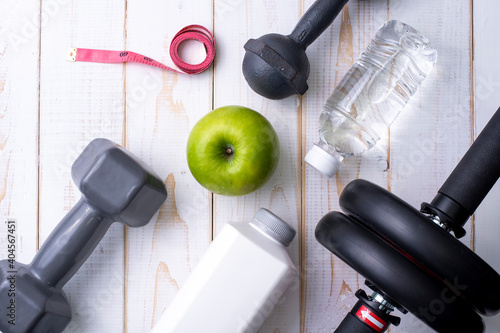 Tela Close-up Of Exercise Equipment With Granny Smith Apple On Table