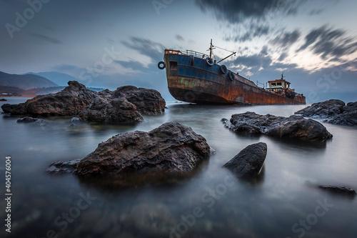 Carta da parati Shipwreck On Sea Against Sky