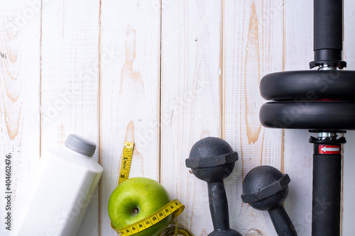 Papel de parede Directly Above Shot Of Exercise Equipment With Granny Smith Apple On Table