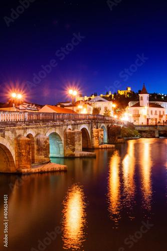 Obraz na plátně puente romano sobre el rio Nabao y castillo templario, Tomar, distrito de Santar