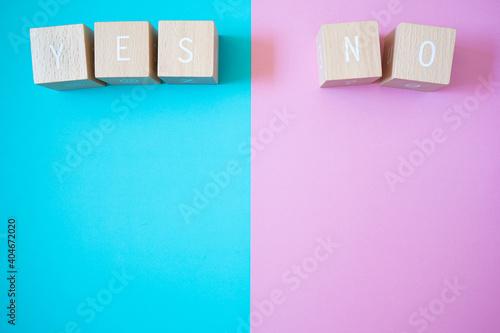 Fototapeta イエス、ノー | 5つの積み木ブロックとコピースペース