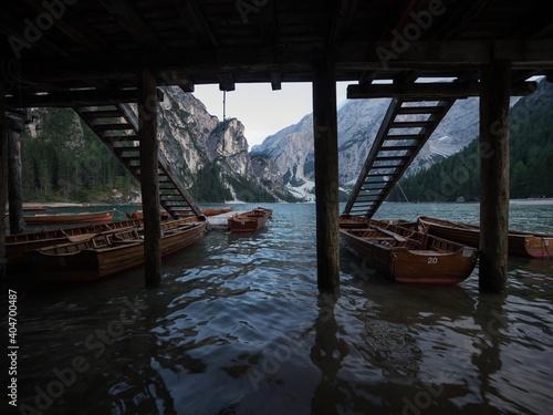 Foto Wooden rowing boat panorama at Lago di Braies Pragser Wildsee alpine mountain la