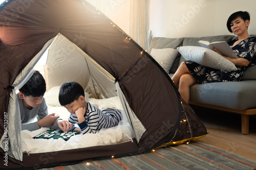 Foto Indoor camping tent - Stay at home activity for family during Covid 19 pandemic lockdown concept
