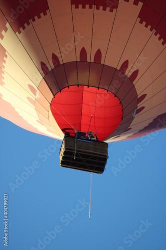 Cesta de un globo aerostático con cielo azul