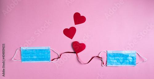 Fototapeta Mascherine chirurgiche legate da un filo rosso per San Valentino.