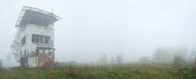 Alter DDR Grenzturm An Der Ehemaligen Innerdeutschen Grenze Im Nebel - Panorma