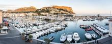 Alter Hafen Mit Vielen Motorbotten Im Morgenlicht, Frankreich.