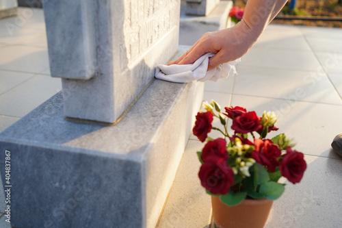 Valokuvatapetti Cleaning cemetery