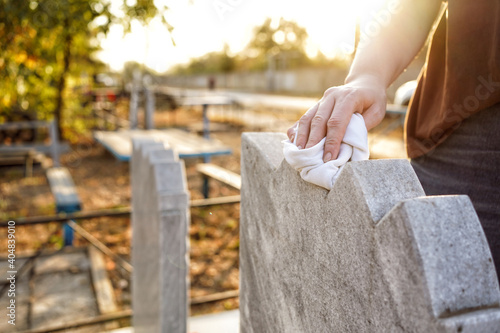 Canvastavla Cleaning cemetery