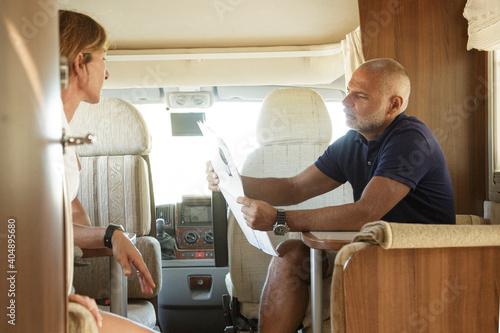 Obraz na plátně Coppia di marito e moglie si rilassa seduti nel dentro il proprio camper