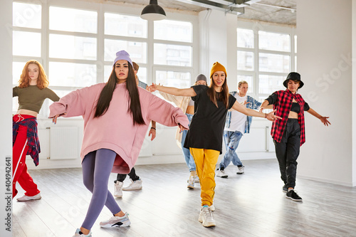 Foto young dancers in colorful wear having fun dancing hip-hop, enjoy being active