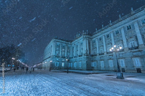 Fotografía Cityscape of the royal Palace of Madrid during a Huge Snow Storm