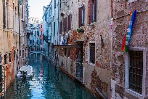 イタリア ヴェネツィアの路地裏の街並み  © pespiero