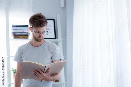 Foto Man Reading Book While Standing At Home