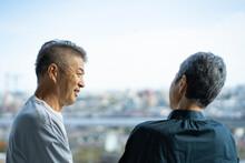 会話をする日本人シニア夫婦