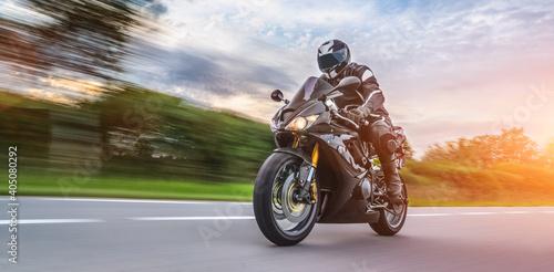 Mężczyzna Jazda Motocyklem Na Drodze Z Pochmurnego Nieba