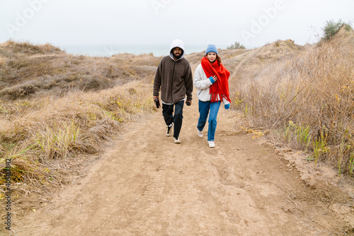 Canvastavla Attractive young multiethnic couple walking at the beachside