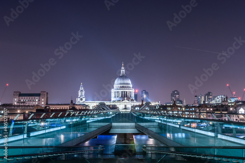 Tela london millenium bridge at night with illuminated building of st pauls cathedral